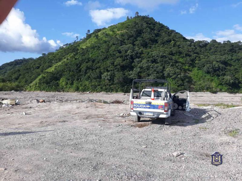 El lugar donde estaba la mujer sin vida cercano al barrio Juan Manuel de Rosas. La policía retiró el cuerpo para identificarlo y realizar la autopsia.