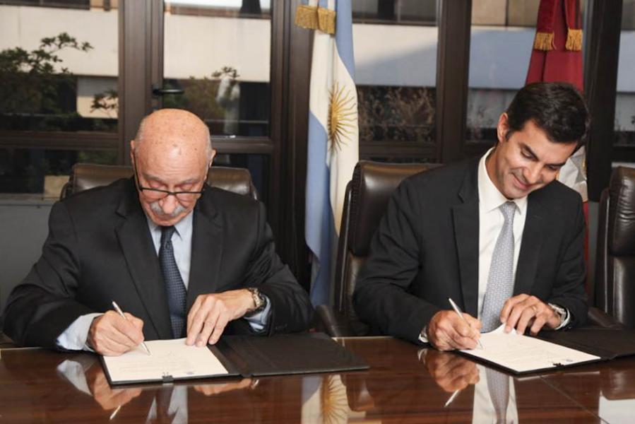 El gobernador Juan Manuel Urtubey y el secretario general del CFI, Juan José Ciácera, firman el convenio en Capital Federal.