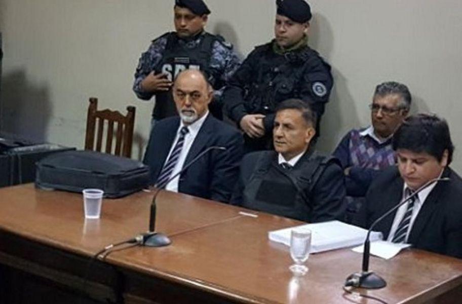 El magistrado en el banquillo. Algunos empleados iban por él a dictar clases a un escuadrón de Gendarmería.
