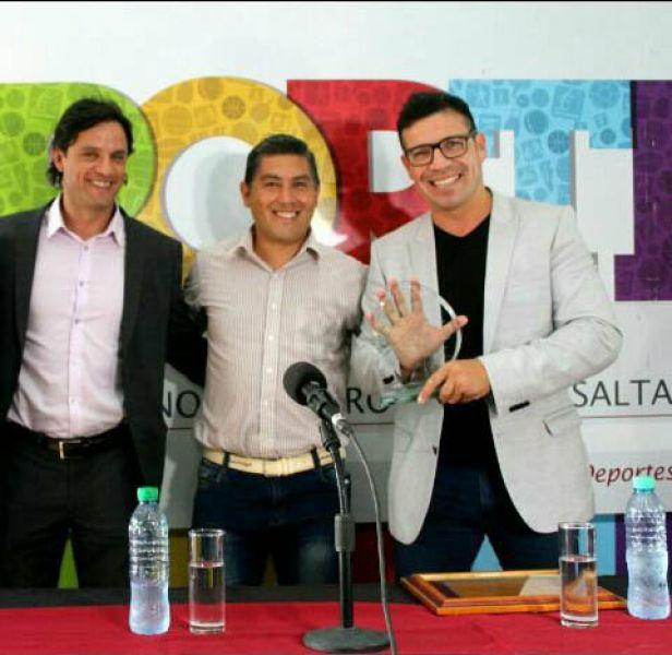 """Sergio """"Maravilla"""" Martínez, recibe una distinción de manos del director de Escuelas Municipales de boxeo, Cristian Arias."""