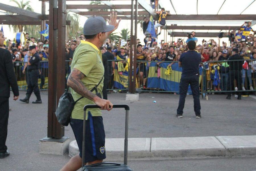 El jugador Tevez saluda los miles de hinchas recibieron a los equipos en el aeropuerto de Mendoza.