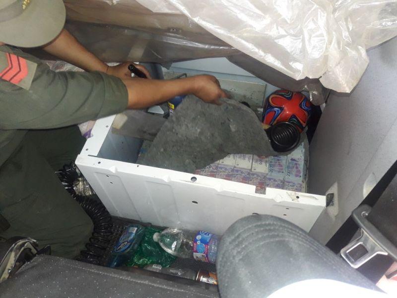 El dinero transportado ilegalmente estaba oculto en la cabina, torpedo y bajo la cama del chofer del camión.