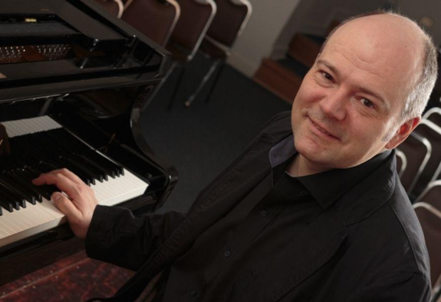 Armands Abols pianista intenacional invitado para interpretar una obra de  Beethoven en el tercer concierto de la Sinfónica.
