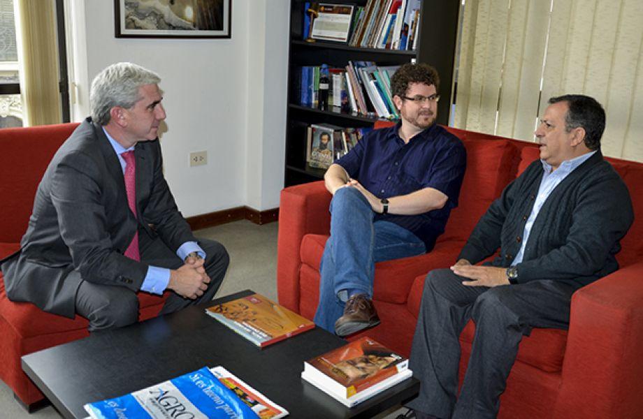El nuevo ministro Juan Manuel Lavallén, el director titular de la OSS, Noam Zur y Sergio Bravo, Secretario de Cultura.