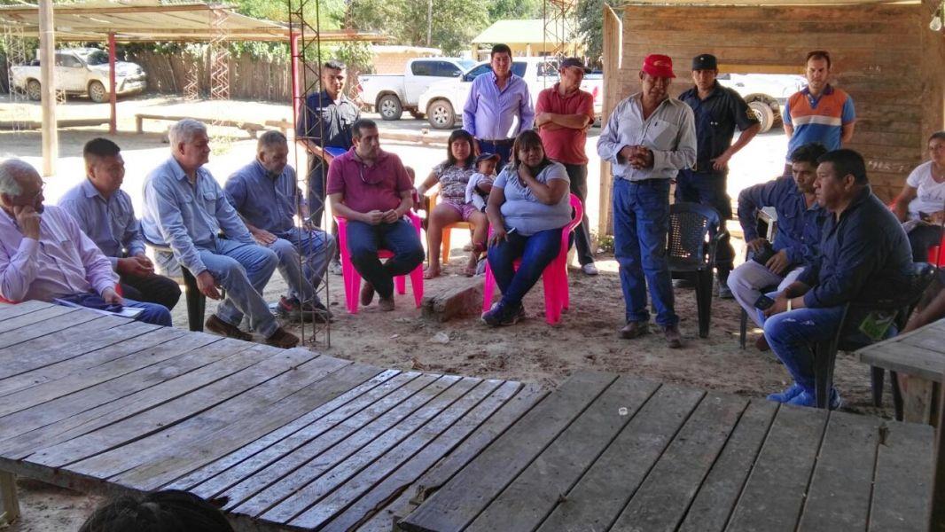 La ministra Edith Cruz, con representantes indígenas.