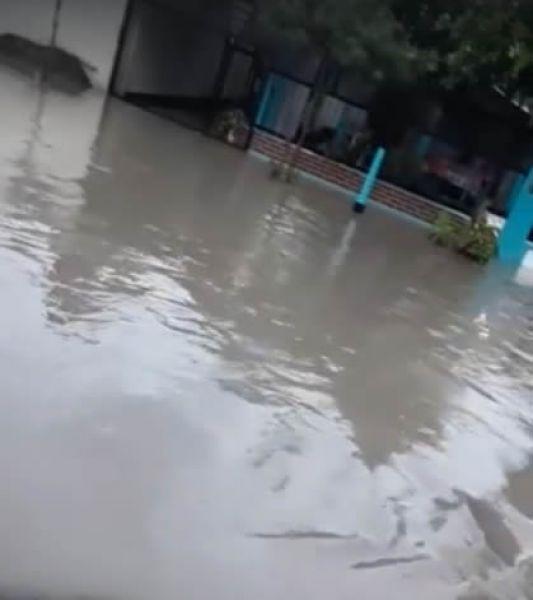 Una intensa lluvia con truenos y rayos en la ciudad capital produjo inundaciones en varios barrios de la zona Oeste y Sudeste.