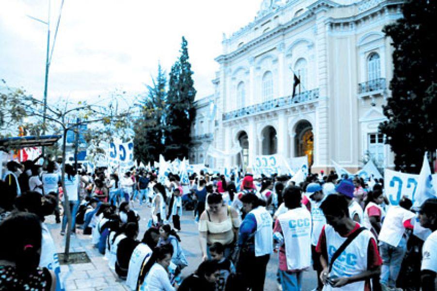 Marcha de trabajadores azucareros despedidos en la Legislatura. La ministra Paula Bibini dijo que en mayo se concretará la venta del San Isidro.