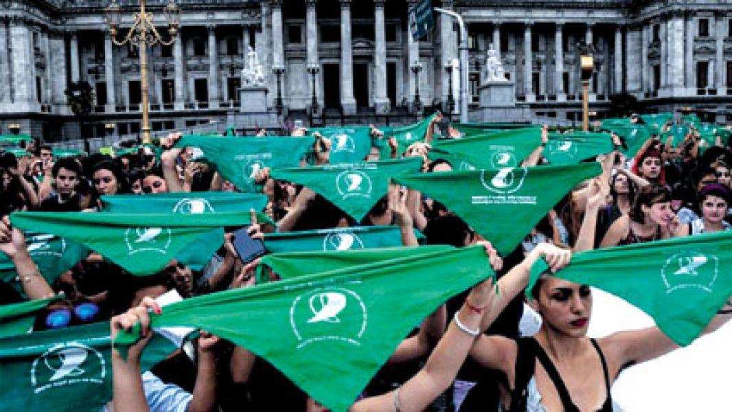 Marchas y contramarchas, a favor y en contra. Ayer se convocaron miles de personas para un pañuelazo a favor del aborto en el Congreso.