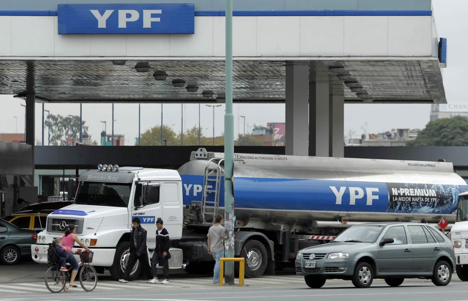 YPF se sumó al aumento de combustibles con una suba del 3%. Los precios de los combustibles son libres en el país.