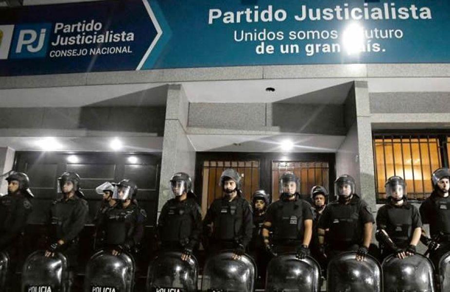 La Policía rodeó edificio de la calle Matheu para notificar a Gioja de la intervención. Barrionuevo lo denunció por no desalojar.