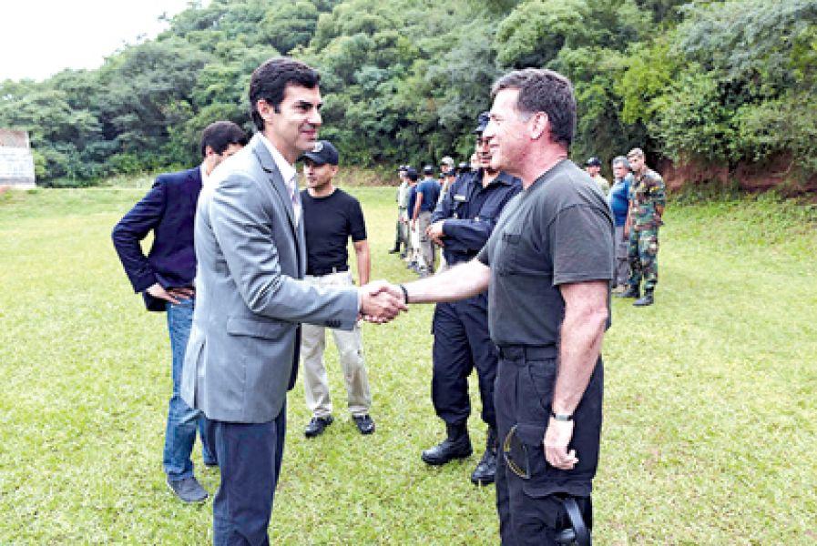 El Gobernador saluda a un miembro de la DEA,  Agencia antidroga de EEUU, que eligió a Salta por segunda vez para dictar la capacitación.