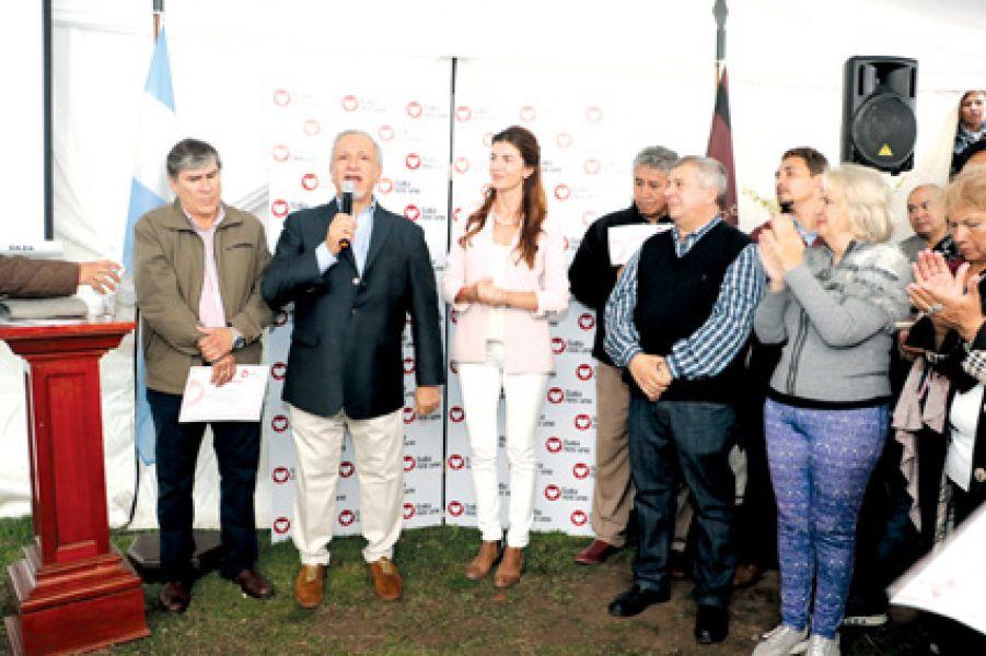 Bettina y Juan Carlos Romero, con otros dirigentes.