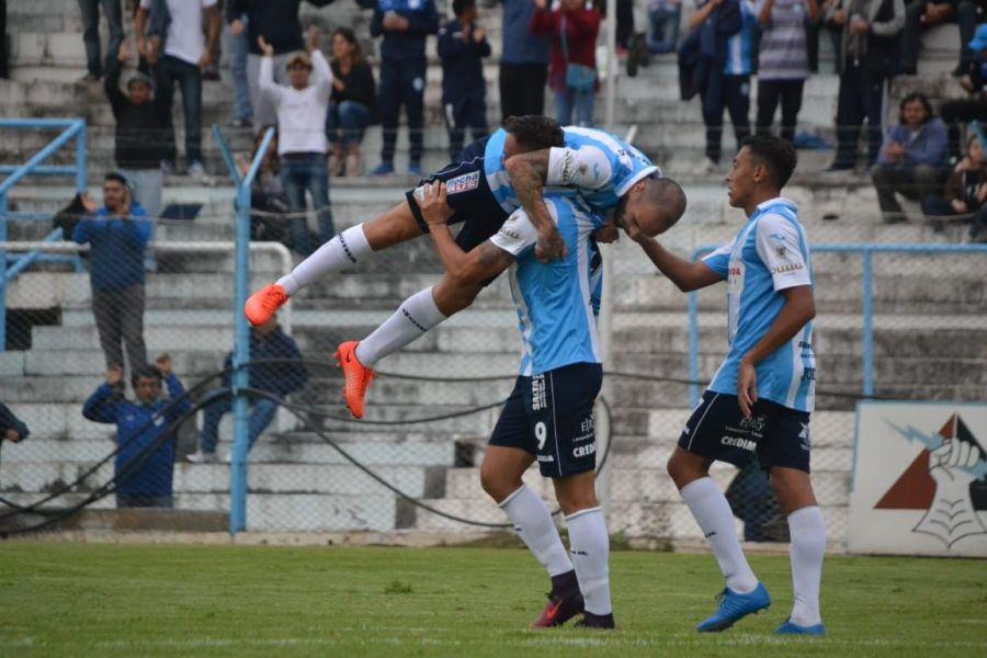López Macri festeja encima de sus compañeros. Gentileza: Mariela Fuentes