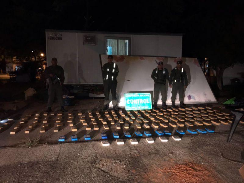 La policía secuestró 20 ladrillos con cocaína y 125 paquetes con marihuana que iban con destino a Tucumán.