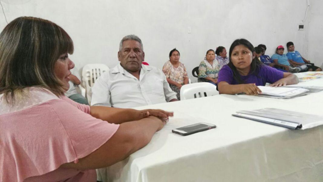 La ministra Edith Cruz con el cacique Félix Moreno, de El Quebrachal tratan el tema de la represión a wichis en El Quebrachal.