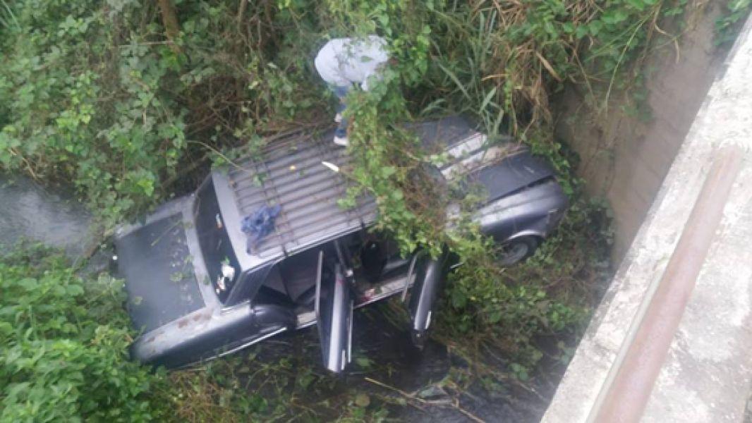 Una camioneta cayó al lecho de un arrollo cerca de Aguas Blancas. (Foto: Radio Guemes).