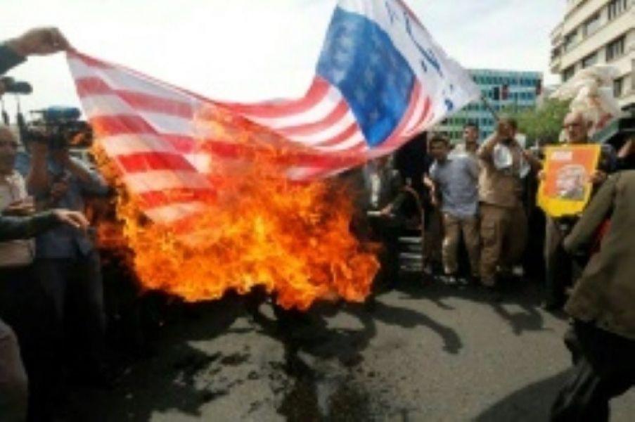 Iraníes queman una bandera de EE.UU. durante una manifestación en Teherán, tras la retirada de Estados Unidos del acuerdo nuclear, el 11 de mayo.