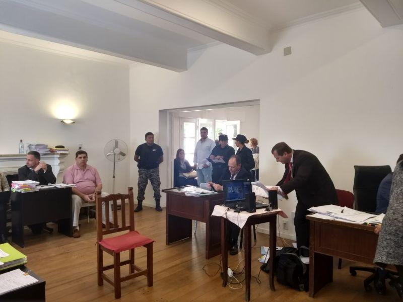 """El principal acusado de la causa """"Carbon Blanco"""", el exconcejal de Joaquín V. González, Luis Arturo Cifre, sentado al fondo de remera rosada."""