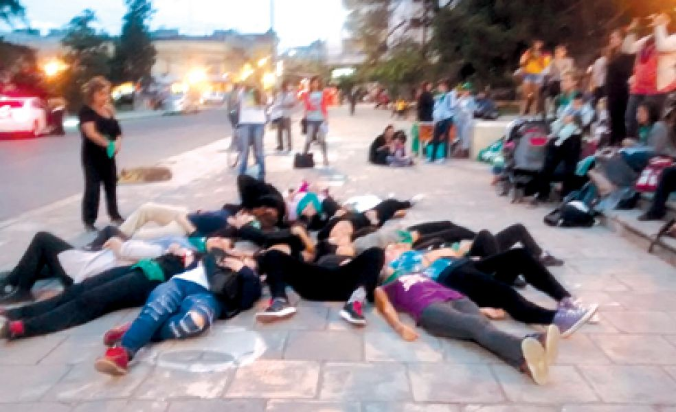"""Mujeres realizaron varias perfomances y se manifestaron con un """"pañuelazo"""" frente a la legislatura en apoyo a la legalización del aborto."""
