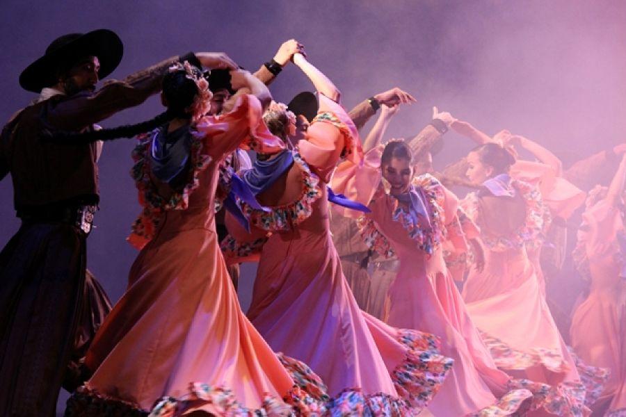 Las funciones para alumnos primarios se basan en la convivencia de las danzas folclóricas argentinas, en la época de la Revolución de Mayo.