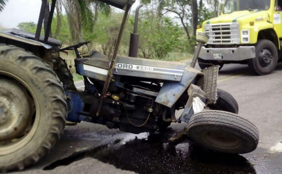 Tras el impacto con otro vehículo, el tractor fue desplazado de la ruta quedando en medio de los yuyales. (Foto ilustrativa).