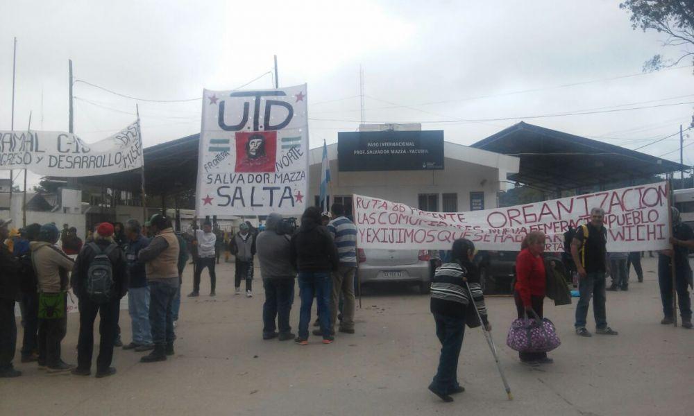 Desocupados marcharon por la ruta nacional 34, desde Carapari hasta la localidad fronteriza de Salvador Mazza.