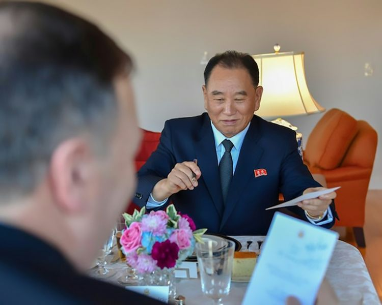 El general Kim Yong Chol (D), mano derecha del presidente de Corea del Norte, con el Secretario de Estado norteamericano Mike Pompeo.