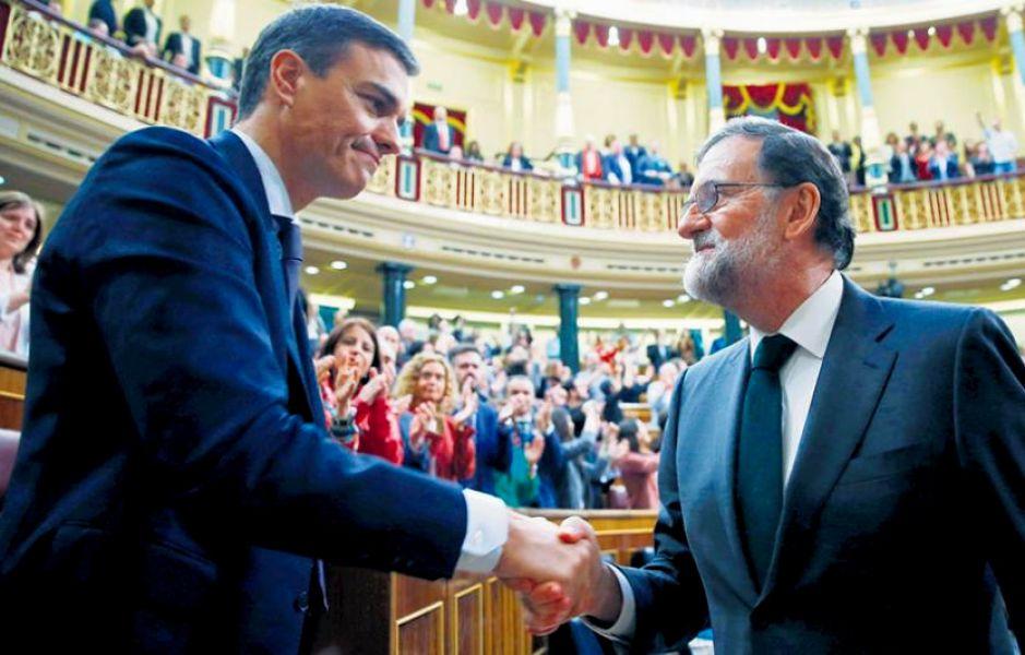 Pedro Sánchez, lider del PSOE, en el saludo y despedida protocolar con Rajoy que se fue del Gobierno acorralado por casos de corrupción.
