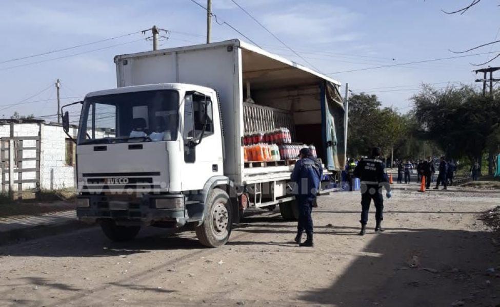 La Policía resguarda el perímetro del camión de gaseosas en el que padre e hijo trabajaban hasta que ocurre una tragedia.
