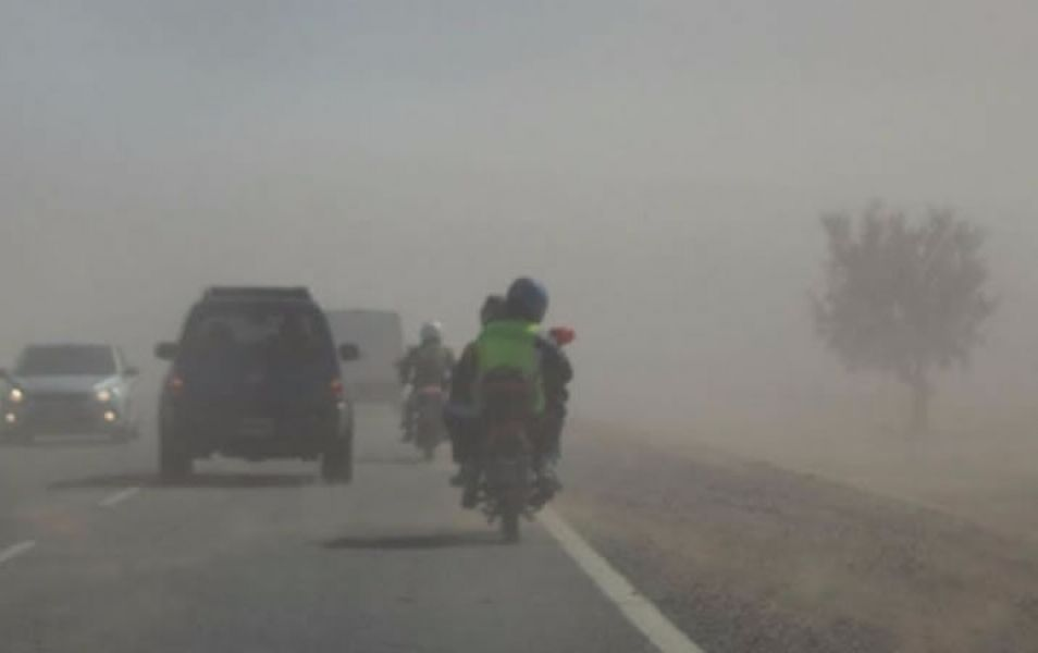 Se recomendó tomar medidas de precaución al transitar por zona sur, debido a reducida visibilidad por viento zonda.