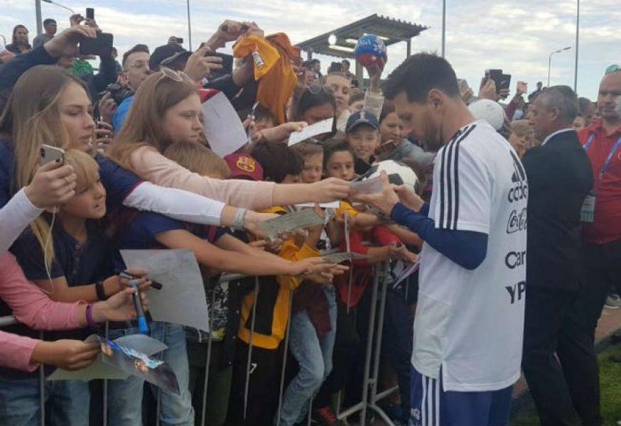 Todos con Lio. Messi fue el más solicitado en la práctica.