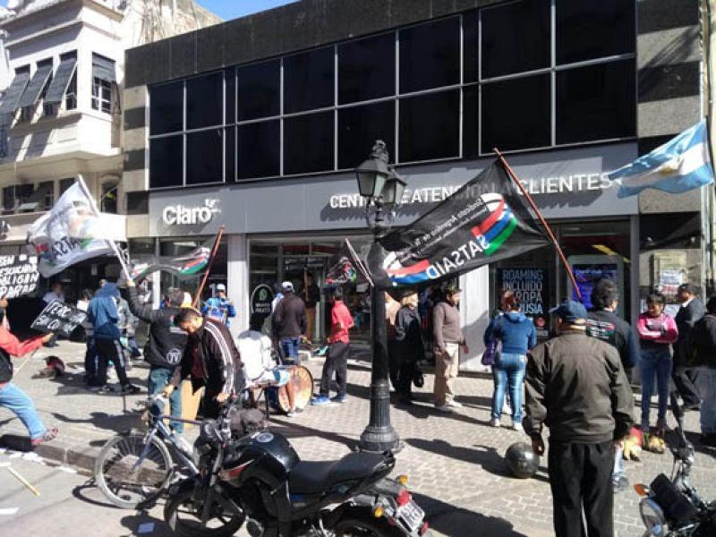 La protesta gremial se realizó frente al local de Claro que tiene la empresa telefónica ubicada en la calle peatonal céntrica.