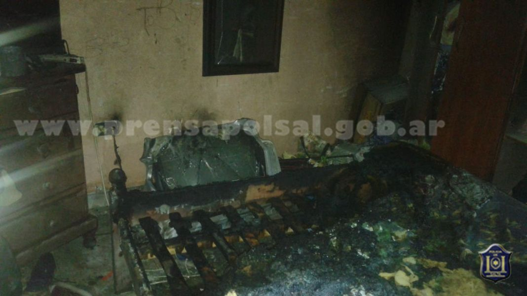 El incendio se desató al caerse una vela encendida dentro de la precaria vivienda de barrio Santa Lucía.