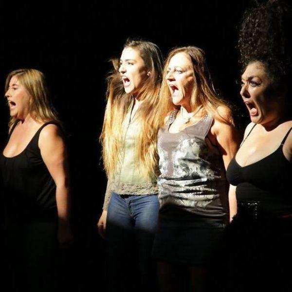 "El elenco de la obra ""Flores ácidas"" son: ""Toni"" (Amalia Freytes), ""Blanca"" (Fabiana García) ""Sonia"", (Fernanda Álvarez) yÁngela (Patricia Rojo)."