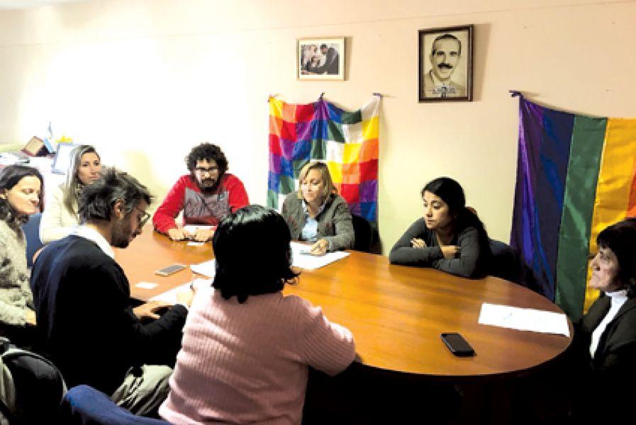 La familia de Luis Sevilla, soldado muerto en Malvinas, reunida con funcionarios del Ministerio de Gobierno.