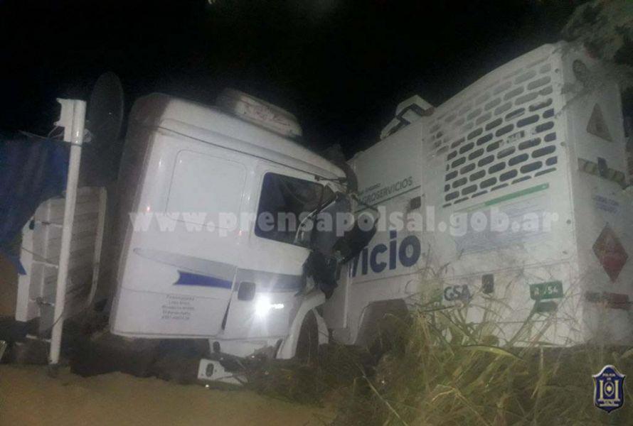Tras el choque entre dos camiones, el cuerpo de la víctima debió ser retirado de entre los hierros retorcidos.
