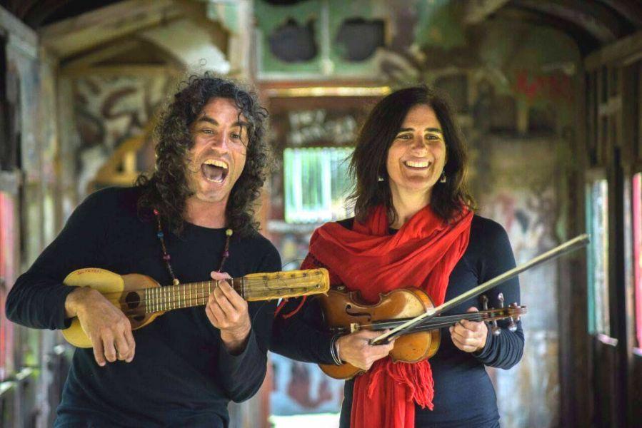 "El dúo ""Saltataki"", integrado por Sabino Figueroa y Nadine Hjelt, se presentará en vivo en la movida del colectivo La Minga."