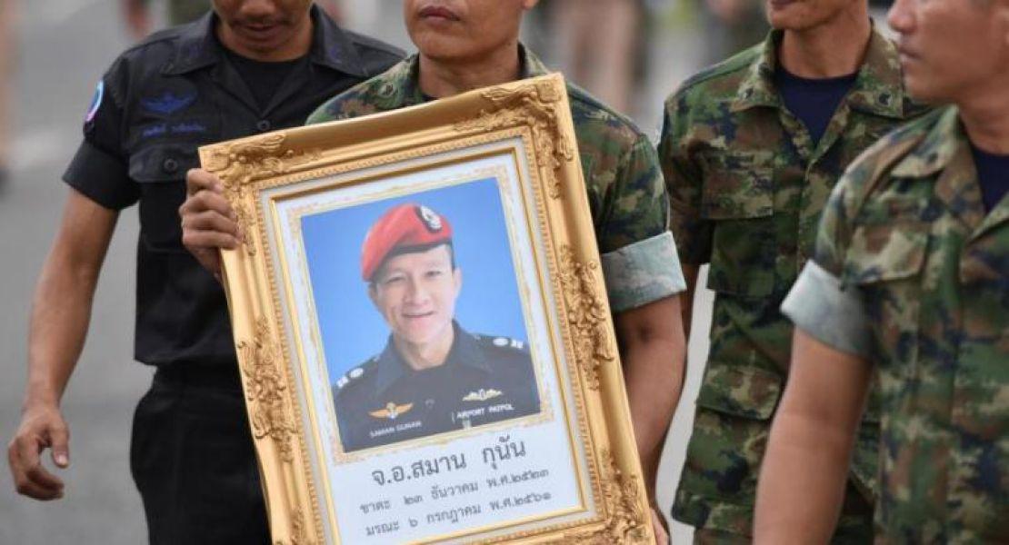 Un soldado tailandés muestra una imagen de Saman Kunan, un exbuzo de la marina tailandesa fallecido en el rescate de los 12 niños tailandeses.