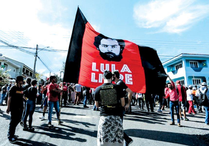 Los partidarios del expresidente brasilero junto a la sede de la policía federal en Curitiba.