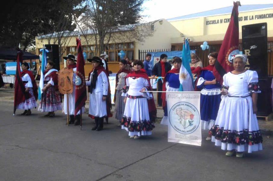 Delegaciones de jubilados con sus banderas de ceremonia en el tercera celebración del 9 de Julio del Centro de Jubilados de B° Santa Ana 1.