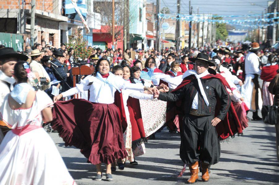 Más de 70 agrupaciones desfilaron en Villa San Antonio con un despliegue de color tradicional en el Día de la Independencia.