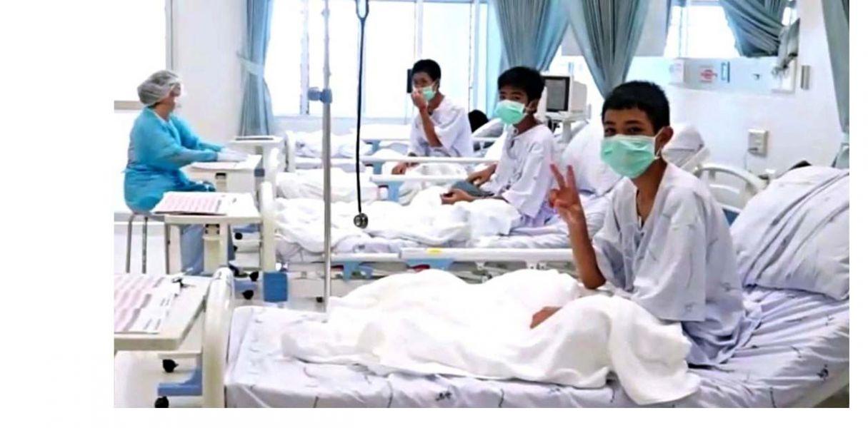 Tres de los 12 niños rescatados de la cueva Tham Luang.