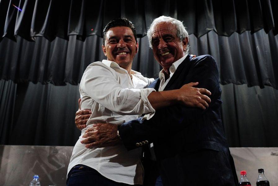 Gallardo junto a D' Onofrio, el presidente de River.