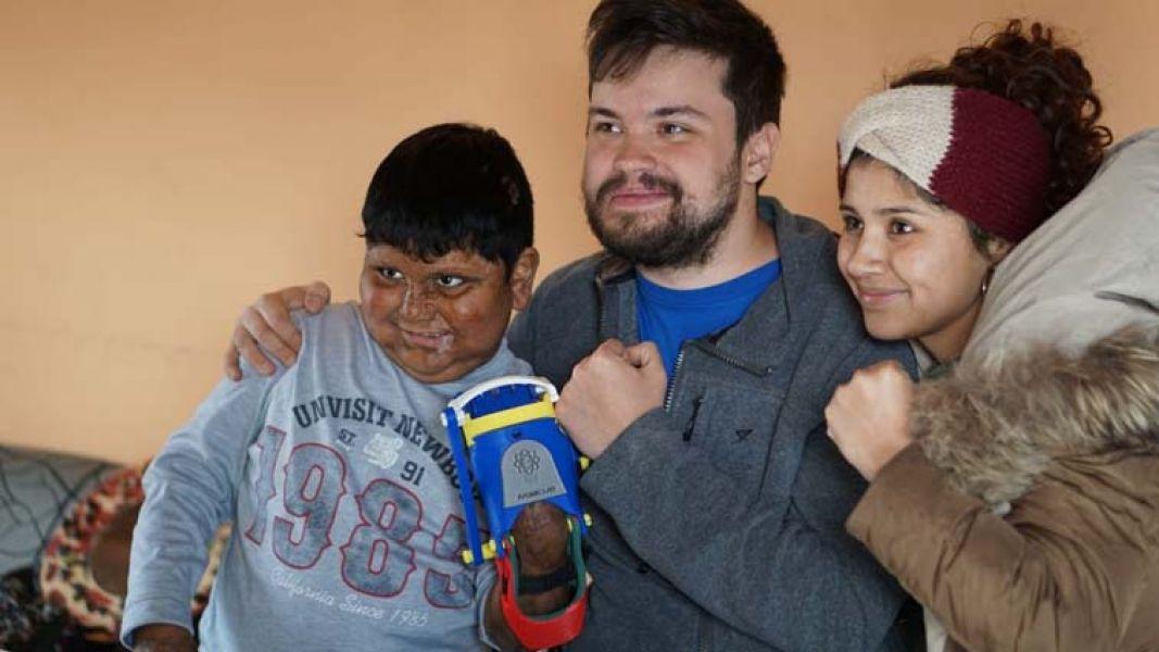 Teo, y Gino Tubaro. el niño Teo de barrio Los Pinares, Cerrillos, recibió gratis una prótesis de mano realizadas con impresiones 3D.
