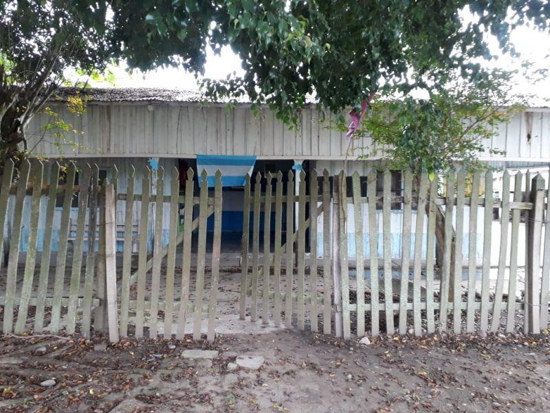 La escuela tipo rancho de Orán fue clausurada por presentar riesgo de derrumbe para los niños y docentes.