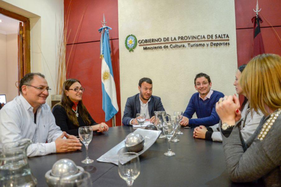 Padres de los alumnos de quinto año se reunieron con autoridades del Ministerio de Turismo.