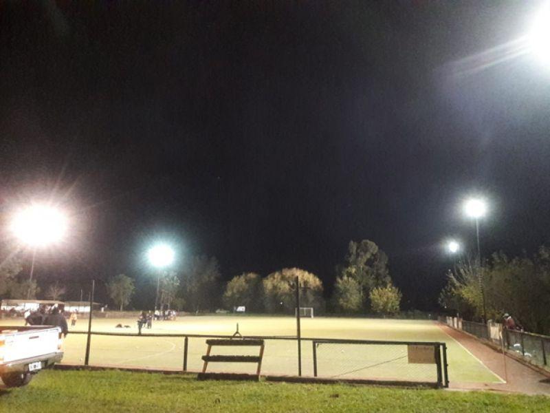 El club de San Lorenzo tiene iluminación para partidos nocturnos pero no pagó la instalación de las luminarias.