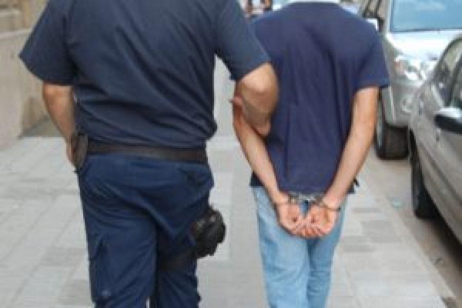 El sujeto detenido protagonizó un hecho de violencia e hirió a un policía en el barrio Santa Cecilia de esta capital.