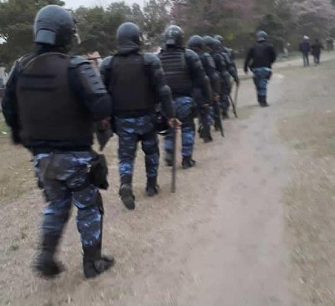 """""""Mosconi está militarizada"""", dijeron por la presencia de Infantería que rodeaba la plaza donde se hizo una olla popular."""