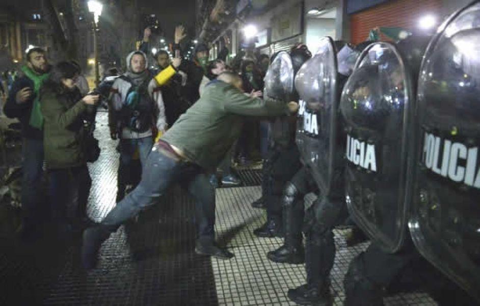 Hubo incidentes entre manifestantes que fueron disuadidos por los efectivos desplegados alrededor del Congreso.
